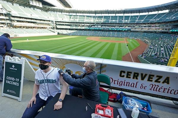Một phòng tiêm chủng trước trận đấu bóng chày ở Seattle, Mỹ. Ảnh: AP.