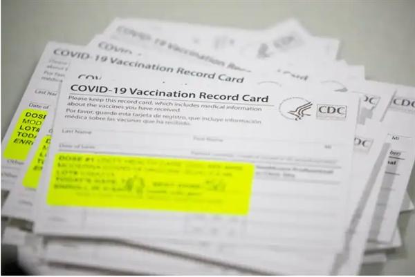 Thẻ tiêm chủng COVID-19 được chuẩn bị tại một sự kiện tiêm chủng hàng loạt. Ảnh: EPA.