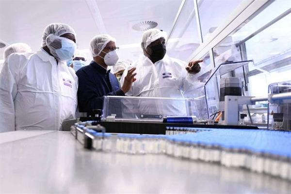 Tổng thống Cyril Ramaphosa trong chuyến thăm cơ sở sản xuất vaccine COVID-19 ở Gqeberha, Nam Phi. Hiện tại, chỉ có 1% vaccine thông thường của châu Phi được cung cấp từ trong lục địa này. Ảnh: Financial Times.