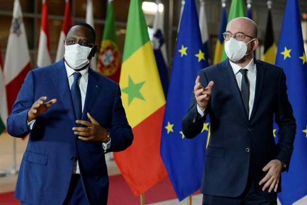 Tổng thống Senegal Macky Sall (trái) cùng Chủ tịch Hội đồng châu Âu Charles Michel tại Brussels vào tháng 4.2021. Ảnh: EPA.