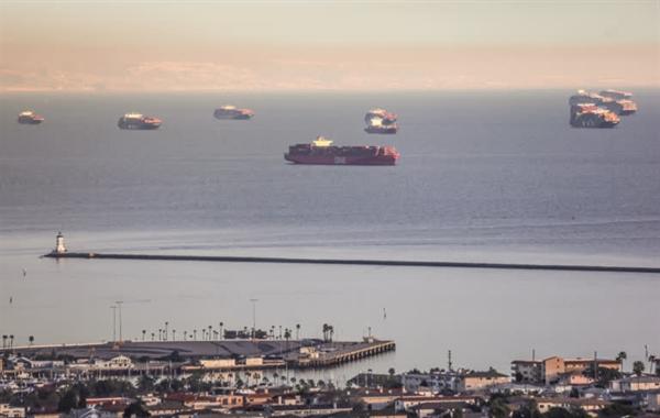 Một lượng kỷ lục các tàu container đã chạy không tải bên ngoài các cảng của California hồi đầu năm nay. Ảnh: Nikkei Asian Review.