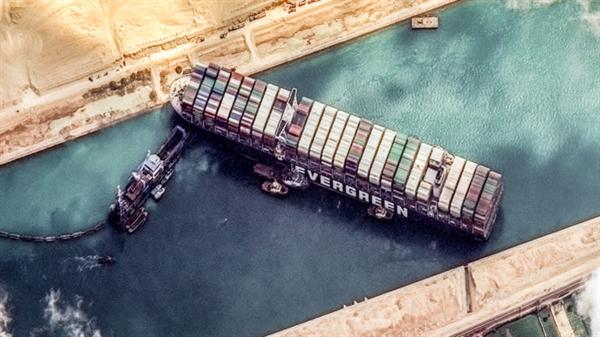 Tình trạng tắc nghẽn do tàu Ever Given gây ra, đã chặn 9,6 tỉ USD giao dịch trong 6 ngày. Ảnh: Nikkei Asian Review.
