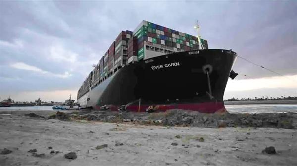 Các tàu kéo và máy đào làm việc vào tháng 3 để giải phóng Ever Given. Ảnh: AP.