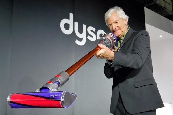 Tỉ phú James Dyson đã phát minh ra một máy hút bụi tốt hơn. Ảnh: The Times.