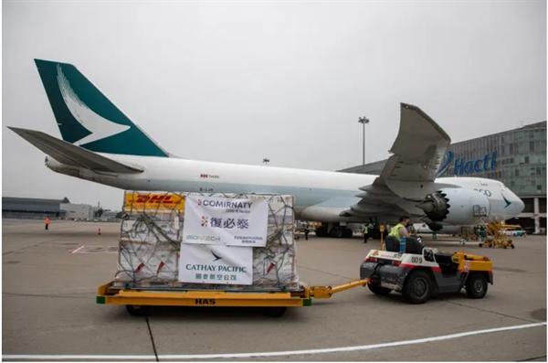 Vaccine Pfizer-BioNTech COVID-19 được vận chuyển đến nhà kho từ một máy bay chở hàng của Cathay Pacific tại Sân bay Quốc tế Hồng Kông. Ảnh: AFP.