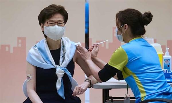 Đặc khu trưởng của Hồng Kông - bà Carrie Lam tiêm liều vaccine COVID-19 Sinovac Biotech thứ 2. Ảnh: AP.