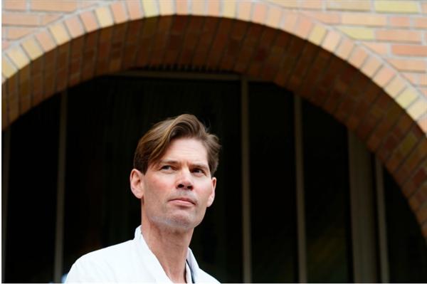 Nhóm của Giáo sư Pål André Holme tại Bệnh viện Đại học Oslo đã xác định được một loại kháng thể được tạo ra bởi vaccine AstraZeneca gây ra phản ứng bất lợi. Ảnh: AP.