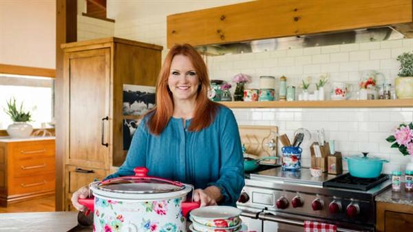 Walmart đã tung ra các thương hiệu gia dụng độc quyền khác, bao gồm The Pioneer Woman với đầu bếp nổi tiếng Ree Drummond. Nhà bán lẻ đã mở rộng dòng sản phẩm đó ra ngoài dụng cụ nấu nướng với thực phẩm, quần áo và hơn thế nữa. Ảnh: Walmart.