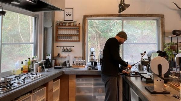 """Cựu kỹ sư của Apple – anh Douglas Weber chuyển đến Itoshima vào năm 2015, nơi anh phát triển một doanh nghiệp xuất khẩu máy pha cà phê. Anh Weber nói: """"Ngay cả với cuộc sống nông thôn ở Itoshima, việc điều hành một công ty toàn cầu là điều hoàn toàn có thể làm được. Ảnh: Nikkei Asian Review."""