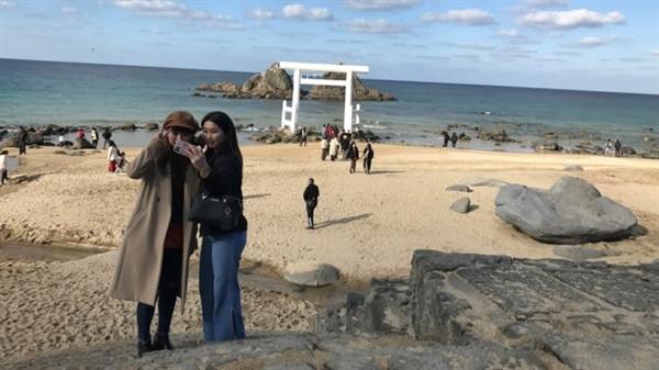 Bãi biển Futamigaura được nhiều người bình chọn là bãi biển hấp dẫn nhất của Itoshima. Ảnh: Nikkei Asian Review.