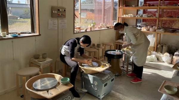 Lấy cảm hứng từ lịch sử đảo Kyushu như một trung tâm sản xuất đồ sứ cao cấp của Nhật Bản, Hiromitsu Fujiwara đã mở một xưởng gốm ở Itoshima vào năm 2019. Ảnh: Nikkei Asian Review.