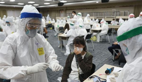 Khởi động chương trình tiêm chủng cho công nhân các khu công nghiệp để bình ổn sản xuất.