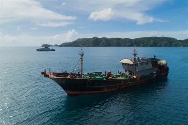Tàu đánh cá Trung Quốc bị chính quyền Palauan bắt giữ vì tình nghi khai thác hải sâm trái phép. Ảnh: Lightning Strike Media Productions.