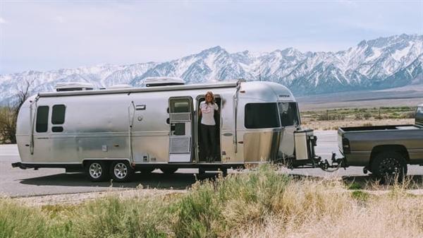 Cô Kelli Compton đứng trong xe Airstream RV ở Wyoming. Ảnh: CNBC.