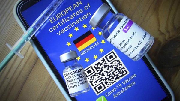 Chứng chỉ tiêm chủng kỹ thuật số của Liên minh châu Âu sẽ miễn cho chủ sở hữu khỏi việc kiểm dịch và thử nghiệm tự nguyện. Nhật Bản đang xem xét một hệ thống tương tự. Ảnh: AP.