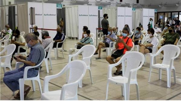 Những người Singapore trên 70 tuổi chờ đợi trong một khu vực quan sát sau khi được tiêm vaccine COVID-19. Ảnh: Reuters.
