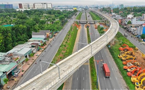 Tuyến Metro số 1 (Bến Thành - Suối Tiên) dài gần 20 km, đi qua địa bàn quận 1, quận Bình Thạnh, quận 2, quận 9, quận Thủ Đức và một phần tỉnh Bình Dương. Công trình được kỳ vọng là bước ngoặt thay đổi phương tiện đi lại của người dân.