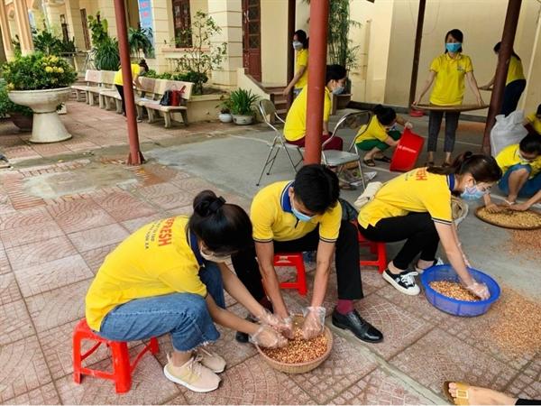 Cán bộ nhân viên PNJ Bắc Giang giã muối lạc vừng gửi đến bà con Bắc Giang đang trong tâm dịch