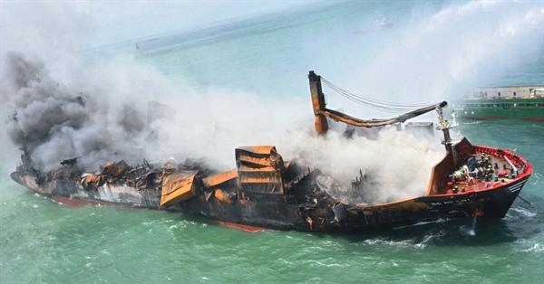 Khói bốc lên từ tàu container MV X-Press Pearl, Singapore, đã bốc cháy ngày thứ 10 liên tiếp trên biển ngoài khơi Cảng Colombo của Sri Lanka, dẫn đến nguyên liệu nhựa và các mảnh vỡ khác trôi dạt vào bờ biển. Ảnh: AFP.