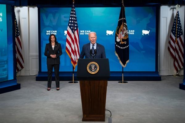 Phó Tổng thống Kamala Harris lắng nghe khi Tổng thống Joe Biden phát biểu về chương trình tiêm chủng COVID-19 tại Thính phòng Tòa án phía Nam trong khuôn viên Nhà Trắng ngày 2.6.2021, ở Washington. Ảnh: AP.