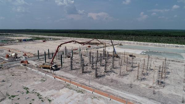 Nhiều nhà đầu tư thứ cấp đang tiến hành xây dựng nhà máy tại KCN MINH HƯNG SIKICO. Ảnh: TL.