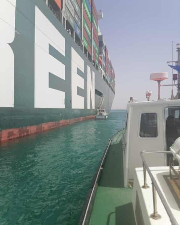 Con thuyền của Liên đoàn Công nhân Vận tải Quốc tế đến thăm tàu Ever Given. Ảnh: Liên đoàn Công nhân Vận tải Quốc tế.