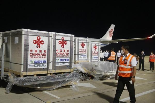 Công nhân vận chuyển vaccine Sinopharm COVID-19 tại sân bay quốc tế Phnom Penh, Campuchia. Ảnh: Tân Hoa Xã.