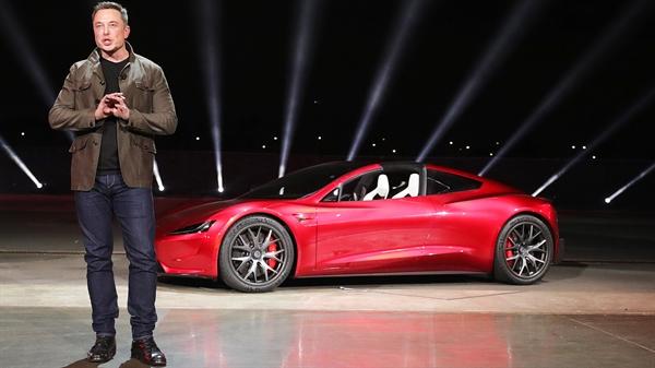 CEO Elon Musk đích thân giới thiệu mẫu xe mới - Tesla Roadster. Ảnh: TL.