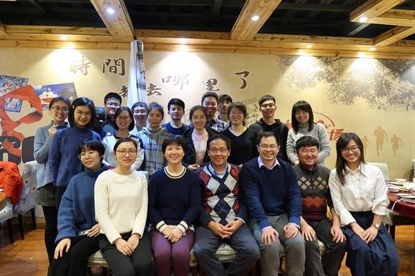Tiến sĩ Thạch Chính Lệ (thứ ba từ trái sang hàng đầu, cùng các đồng nghiệp từ Viện virus học Vũ Hán ngày 15.1.2020. Ảnh: The New York Times.