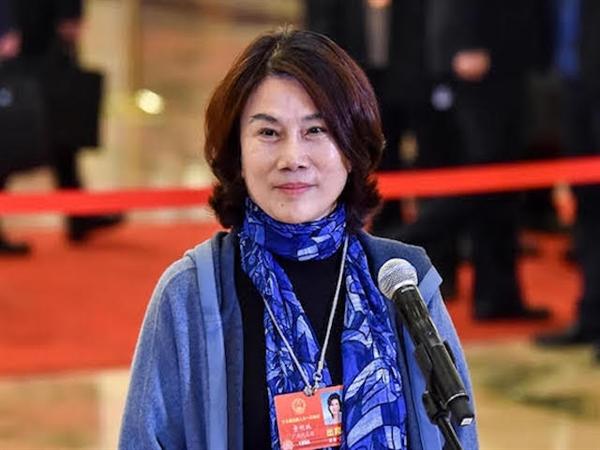 Đổng Minh Châu mong con đủ vững vàng, dũng cảm để bước qua mọi định kiến xã hội. Ảnh: TL.