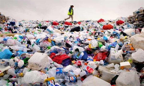 Chai nhựa chiếm gần 1/6 sản lượng nhựa hàng năm trên thế giới. Ảnh: The Guardian.