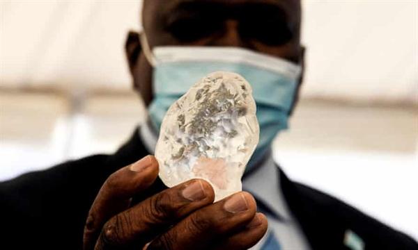 Tổng thống Botswana Mokgweetsi Masisi kiểm tra viên kim cương của Debswana. Ảnh: AFP.