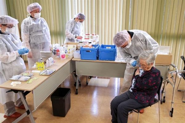 Tính đến cuối tháng 4, với 1,1% người dân được tiêm vaccine COVID-19, Nhật đang tụt hậu so với các nước phát triển về tốc độ tiêm chủng. Ảnh: AFP.