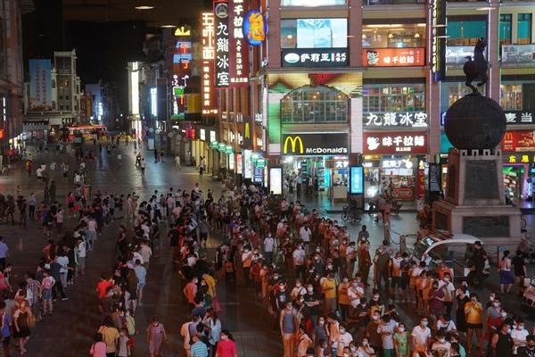 Người dân xếp hàng chờ được xét nghiệm COVID-19 ở thành phố Quảng Châu, Trung Quốc, giữa đợt bùng dịch hồi tháng 5. Ảnh: AP.