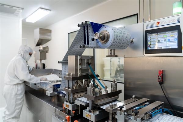 Bên trong nhà máy sở hữu dây chuyền sản xuất đạt tiêu chuẩn Japan GMP của Dược Hậu Giang.