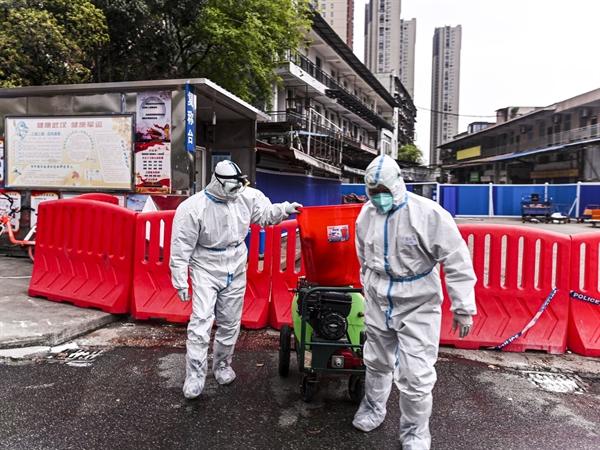 Chợ hải sản Hoa Nam ở Vũ Hán, Trung Quốc là một trong nhiều nơi có khả năng virus Corona mới có thể đã lây từ dơi, hoặc từ một loài trung gian, sang người. Ảnh: AFP.