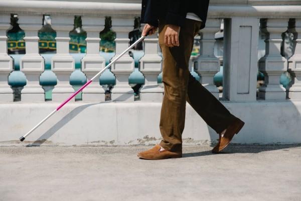 Nếu không có những thiết bị hỗ trợ, người mù thường dùng gậy dẫn đường. Ảnh: Pexels.