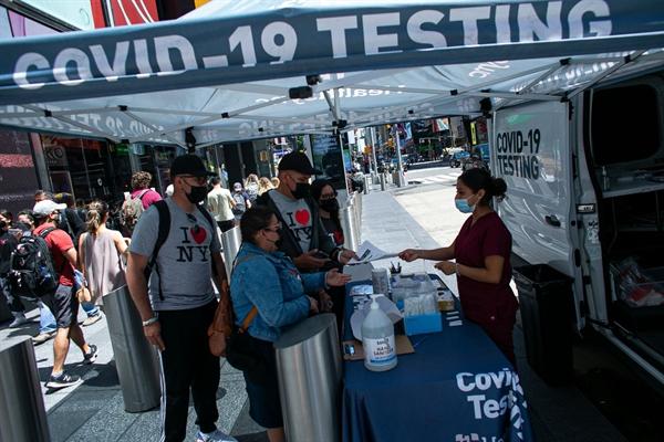 Khách tham quan nhận kết quả tại một địa điểm xét nghiệm COVID-19 miễn phí ở New York vào 17.6 khi thành phố bắt đầu chấm dứt các quy định hạn chế. Ảnh: The Wall Street Journal.