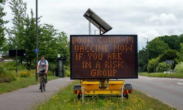 Một tấm biển trên A4 tại Taplow, Buckinghamshire, kêu gọi mọi người đi tiêm phòng. Ảnh: Shutterstock.