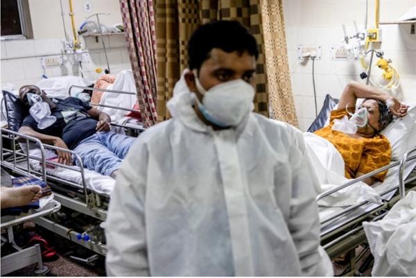 Bệnh nhân COVID-19 đang được điều trị bên trong một khu bệnh nhân ở một bệnh viện tại New Delhi. Ảnh: Reuters.