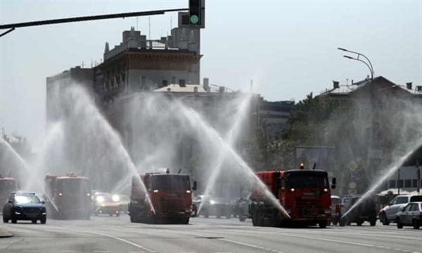 Xe tải phun nước trên phố Sadovoye Koltso ở Moscow để bảo vệ mặt đường khỏi quá nóng. Ảnh: TASS.