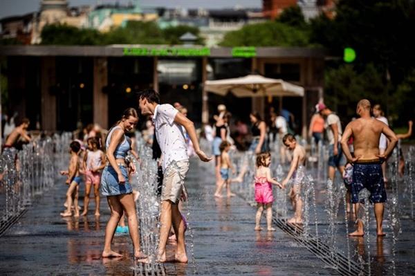 Mọi người tắm mát tại một đài phun nước trong Công viên Gorky của Moscow vào ngày 21.6.2021. Ảnh: AFP.