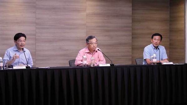 Đồng chủ tịch Lawrence Wong (trái), Gan Kim Yong (giữa) và Ong Ye Kung tại cuộc họp báo của lực lượng đặc nhiệm đa bộ COVID-19 vào ngày 18.6.2021. Ảnh: Bộ Truyền thông và Thông tin Singapore.