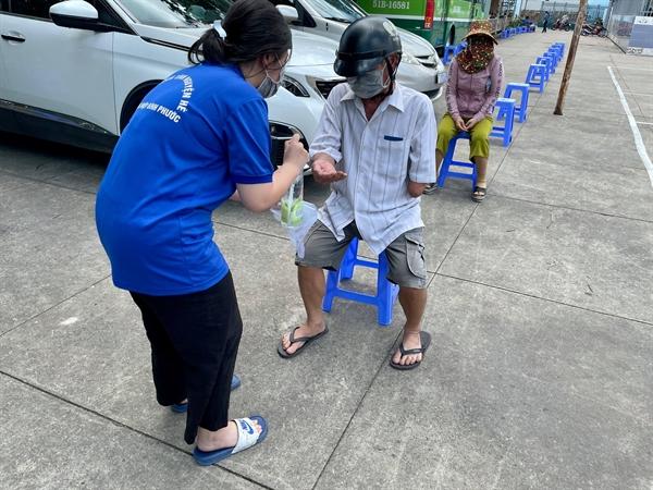 Hơn 200 hộ dân khu vực Hiệp Bình Phước là những người nhận được Tấm vé nghĩa tình trong đợt ra măt Siêu thị mini 0 đồng đầu tiên.