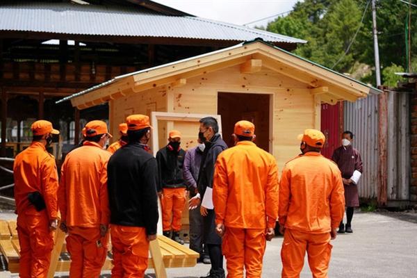 Nhà vua Bhutan đến từng địa phương giám sát việc chống dịch. Ảnh: Reuters.