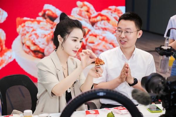 Cô Huang Wei (trái), hay còn được gọi là Viya, một trong những nhà phát triển thương mại điện tử hàng đầu trên nền tảng mua sắm trực tuyến Taobao của Trung Quốc. Ảnh: China Daily.