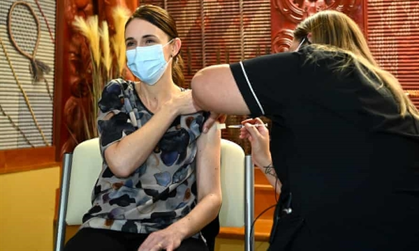 Thủ tướng New Zealand Jacinda Ardern tiêm mũi vaccine COVID-19 đầu tiên của Pfizer vào tháng trước. Ảnh: The Guardian.