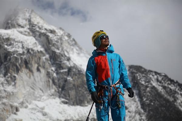 Anh Zhang Hong đã trở thành người mù đầu tiên của Trung Quốc leo đỉnh núi Everest. Ảnh: InHope Pictures.