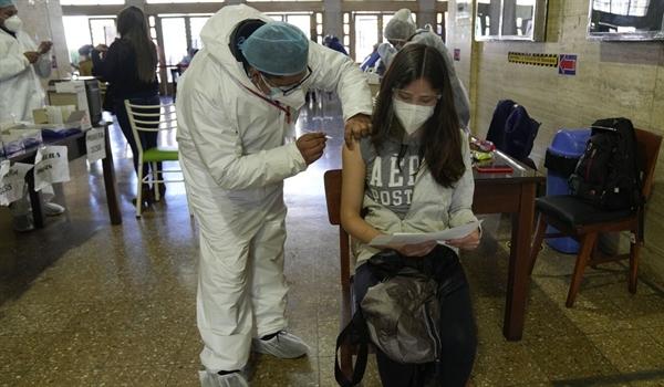 Một phụ nữ được tiêm vaccine COVID-19 Sinopharm ở La Paz, Bolivia. Ảnh: AP.