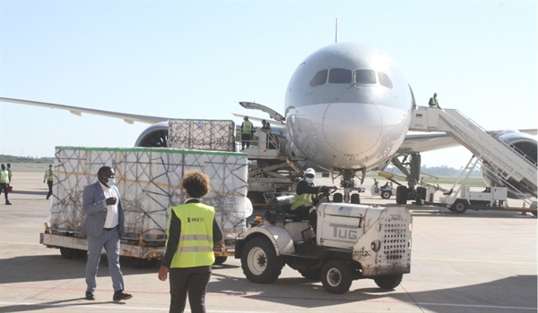 Công nhân chuyển các thùng chứa vaccine Sinopharm COVID-19 ở Maputo, Mozambique, ngày 30.6. Ảnh: Tân Hoa Xã.